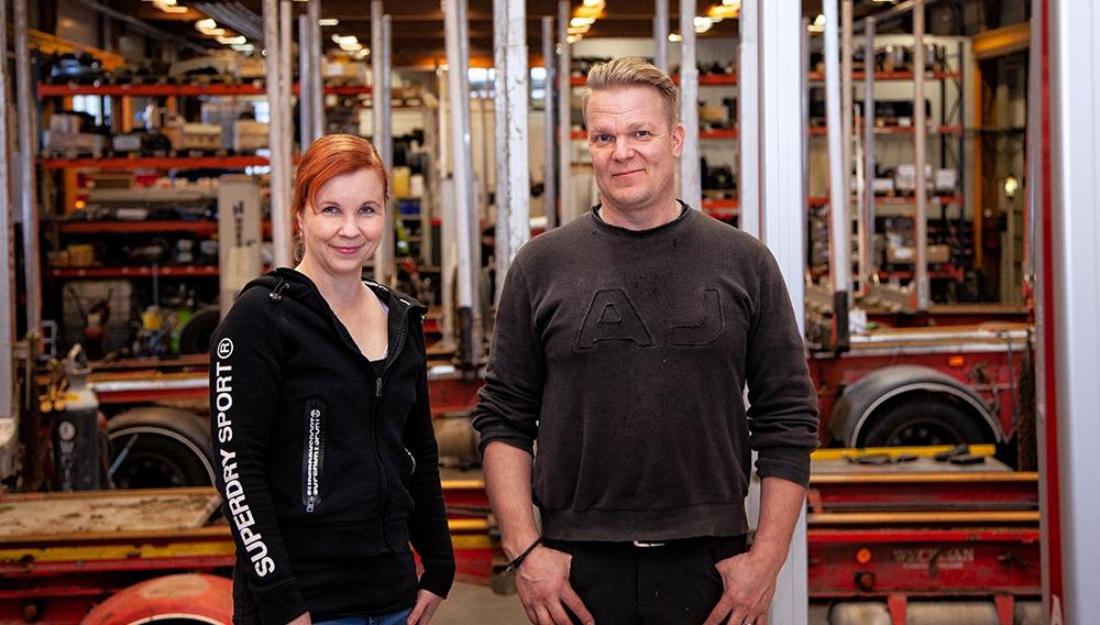 Kuvassa Naaran Kuljetushuolto Oy yrittäjät Katri ja Jyrki Paunonen