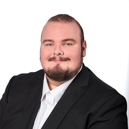 Kuvassa Oma Säästöpankin palveluneuvoja Riku Tuomela