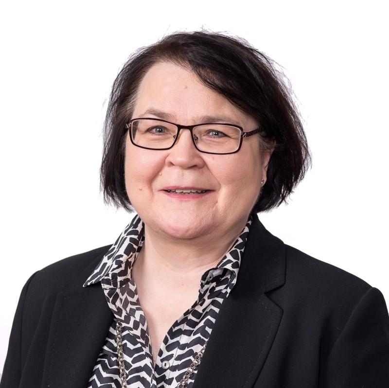 Kuvassa Helena Juutilainen, päälakimies