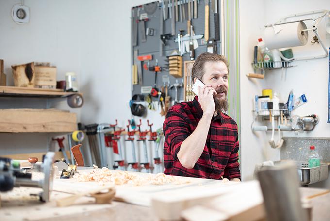 Kuvassa yrittäjä puhelimessa