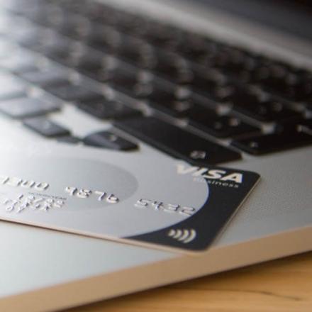 Kuvassa Oma Säästöpankin maksukortti tietokoneen vieressä