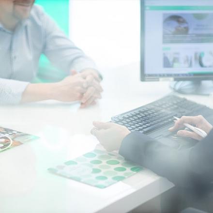 Kuvassa Oma Säästöpankin työntekijän toimistopöytä.