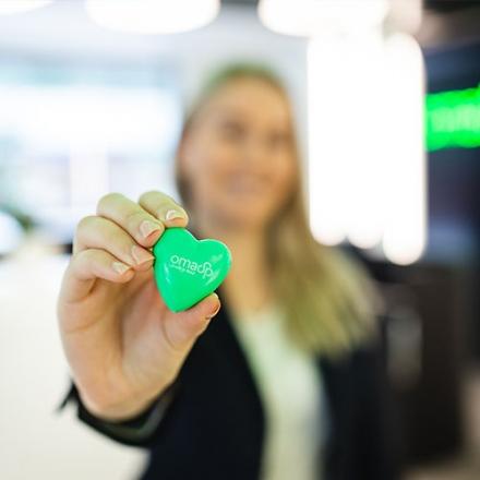 Kuvassa Oma Säästopankkin vihreä sydänpinssi