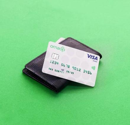 Kuvassa Oma Säästöpankin debit maksukortti