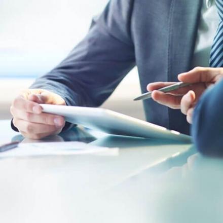 Kuvassa mies esittelemässä tabletiltaan verkkotunnistautumisen mahdollisuuksia Oma Säästöpankilla