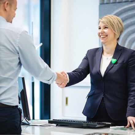 yrittäjä kättelee oma säästöpankin asiantuntijaa