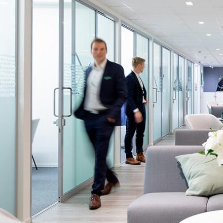 Kuvassa kaksi Oma Säästöpankin asiantuntijaa toimistossa.