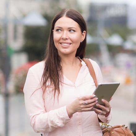 Kuvassa Oma Säästöpankin asiakas käyttämässä mobiilipalveluja.