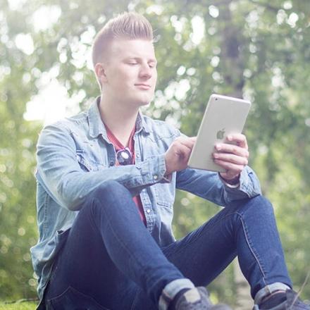 Kuvassa nuorimies käyttämässä OmaMobiili -sovellusta.