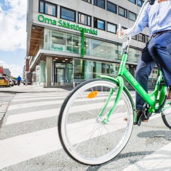 Kuvassa pyöräilijä ohittaa Oma Säästöpankin konttorin